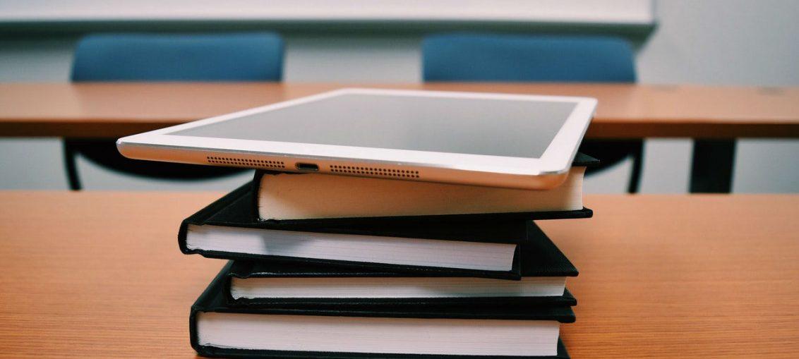 Tablet i knjige, slika: https://www.pexels.com